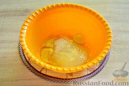 Вишневый кекс с изюмом: Добавляем к сахару яйца.