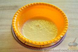 Вишневый кекс с изюмом: Миксером взбиваем сахар и яйца.