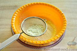Вишневый кекс с изюмом: Теперь просеиваем в чашу пшеничную муку.