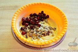 Вишневый кекс с изюмом: Переправляем в тесто вишню без косточек. Перемешиваем ложкой тесто.