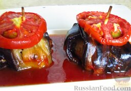 Курдан кебаб (котлеты, завернутые в баклажаны): Подавайте котлеты, завернутые в баклажаны, с томатным соусом, который загустел в процессе запекания.