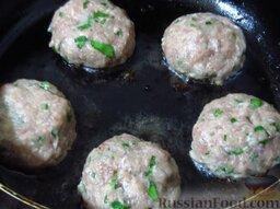 Курдан кебаб (котлеты, завернутые в баклажаны): Из фарша сделайте 5 небольших котлет и выложите в горячее растительное масло.