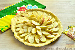 Пирог с яблоками: Присыпаем яблочную начинку оставшимся сахаром и молотой корицей.