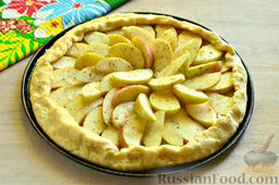 Пирог с яблоками: Края теста заворачиваем на начинку.