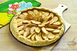 Пирог с яблоками: Открытый песочный пирог с яблоками выпекаем при 180 градусах около 25 минут.