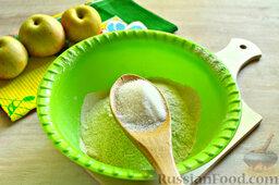 Пирог с яблоками: Добавляем в муку 1,5 столовые ложки сахарного песка, соль и щепотку соды.