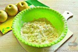 Пирог с яблоками: Чистыми сухими руками перетираем маргарин с мукой.