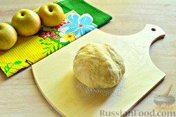Пирог с яблоками: Замешиваем быстро тесто, которое буквально на 5 минут убираем в морозильник.