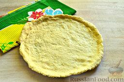 Пирог с яблоками: Песочное тесто раскатываем, укладываем на противень, сформировав небольшой бортик.