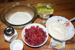 Пирог с малиной: Подготовить продукты для пирога с малиной.
