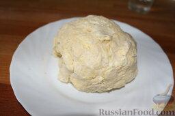 Пирог с малиной: Постепенно вливать в крошку воду, доводя тесто до консистенции пластилина, не липнущего к рукам. Тесто не месить.