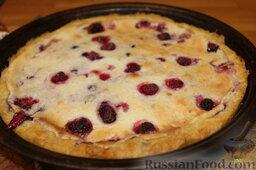 Пирог с малиной: Достать пирог из духовки и охладить 20 минут, затем минут 40 подержать пирог в холодильнике. Пирог с малиной должен полностью остыть.