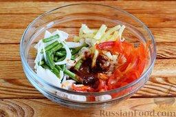 Салат с куриным филе, стручковой фасолью и сладким перцем: Все ранее подготовленные ингредиенты высыпать в одну глубокую емкость, вылить пикантную заправку.