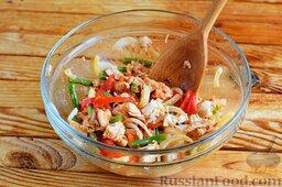 Салат с куриным филе, стручковой фасолью и сладким перцем: Сдобрить салат солью, тщательно перемешать. Салат с куриным филе накрыть пищевой пленкой и отправить в холодильник на два часа.