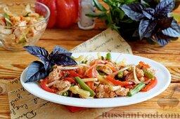 Салат с куриным филе, стручковой фасолью и сладким перцем: Салат с куриным филе, стручковой фасолью и сладким перцем готов. Переложить салат на тарелку, посыпать перцем, украсить веточкой базилика. При желании базилик можно нарезать и посыпать им салат.