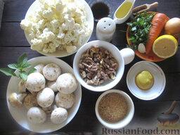 Салат с цветной капустой, орехами и грибами: Подготавливаем продукты для салата из цветной капусты, с грецкими орехами и шампиньонами.  Орехи предварительно обжариваем на сухой сковороде или в духовке.  Цветную капусту разделяем на мелкие соцветия.
