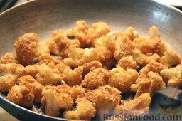 Салат с цветной капустой, орехами и грибами: Жарим соцветия в панировке на сковороде с разогретым маслом, помешивая. Цветная капуста должна стать хрустящей и золотистой.