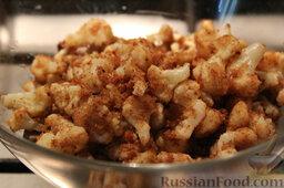 Салат с цветной капустой, орехами и грибами: Добавляем обжаренную цветную капусту в салат с грибами, овощами и орехами.
