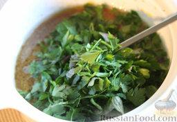 Салат с цветной капустой, орехами и грибами: Крошим зелень и добавляем в заправку.