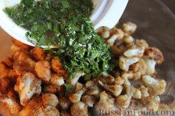 Салат с цветной капустой, орехами и грибами: Добавляем приготовленную заправку в салат. Перемешиваем.