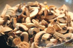 Салат с цветной капустой, орехами и грибами: Шампиньоны нарезаем слайсами (ломтиками), добавляем грибы в сковороду к овощам.  Обжариваем полученную смесь до тех пор, пока грибы не уменьшатся в размере, не станут ароматными.