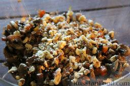 Салат с цветной капустой, орехами и грибами: Перекладываем в салатницу. Крошим орехи.