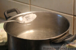 Салат с цветной капустой, орехами и грибами: Ставим кипятиться воду. Хорошо подсаливаем ее.