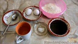 Блины вишневые: Подготовить ингредиенты для блинов с вишневым сиропом. Если вы используете вишневый сок, а не сироп, то в тесто нужно будет добавить сахар.