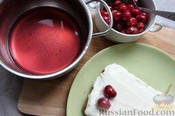 """Пирог """"Вишневое полено"""" с творожным кремом: Когда ягода только начнет закипать, сразу снимаем и выкладываем из кастрюли шумовкой в тарелку. Сок возвращаем на плиту, добавляем агар-агар, кипятим 2 мин."""