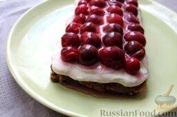 """Пирог """"Вишневое полено"""" с творожным кремом: Охлаждаем вишневый пирог в холодильнике 30 мин."""