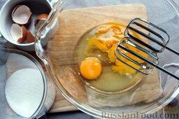 """Пирог """"Вишневое полено"""" с творожным кремом: Для бисквита - взбиваем яйца, постепенно добавляя 150 г сахара."""