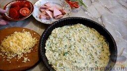 Пицца из кабачков, с колбасой и помидорами: Кабачковое тесто выложить на противень и равномерно распределить. Сыр натереть на крупной терке.