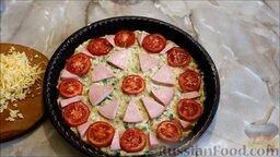 Пицца из кабачков, с колбасой и помидорами: Выложить по кругу помидоры и колбасу.