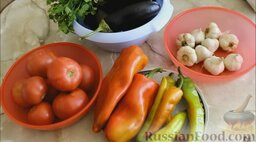 Аджика из баклажанов (на зиму): Подготовить ингредиенты для аджики из баклажанов и помидоров.