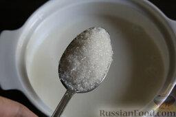 Панакота с черной смородиной и свеклой: Добавляем сахар, помешиваем. Помним, что нам не нужно кипятить сливки. Просто подогреваем немного их.