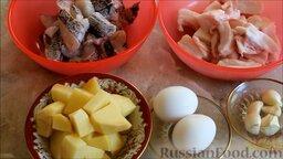 Котлеты из щуки: Подготовить ингредиенты для котлет из щуки. Картофель почистить, помыть и нарезать осьмушками. Чеснок почистить и помыть. Филе щуки и сало нарезать небольшими кусочками.