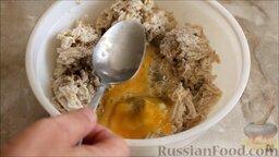Котлеты из щуки: Взбить яйца и добавить к фаршу. Хорошо перемешать.