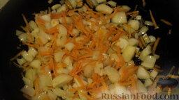 Рагу овощное с картошкой, фаршем и грибами: Лук с морковкой обжариваем 2-3 минуты на раскаленной сковороде.