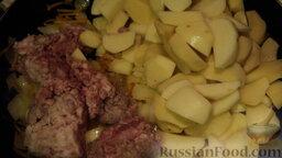 Рагу овощное с картошкой, фаршем и грибами: Добавляем фарш, картошку и жарим до того момента, как фарш будет полуготовым (вы это увидите по цвету).
