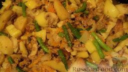 Рагу овощное с картошкой, фаршем и грибами: Немножко притомила - и доливаю немного воды.