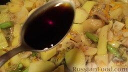 Рагу овощное с картошкой, фаршем и грибами: Дальше добавляю 1-2 ст. л. соевого соуса и любимую приправу, довожу до вкуса и оставляю овощное рагу с мясом на 15-20 минут тушиться.