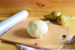 Цветаевский пирог с грушами (в мультиварке): Замесим эластичное тесто. Его нужно охладить для удобства в работе, поэтому скатаем в шар, обернём в пищевой целлофан и положим на свободную полку в холодильнике на 20 минут.