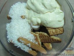 Торт-мусс из ежевики с йогуртом (без выпечки): Размалываем печенье со сметаной и стружкой в блендере до получения теста.