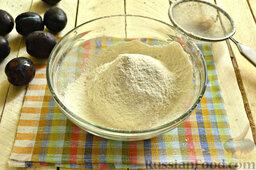 Галета со сливами: Как приготовить галету со сливой:  В миску просеиваем пшеничную муку высшего сорта.