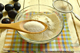 Галета со сливами: Подсыпаем в муку сахарный песок и щепотку соли.