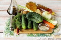 Маринованный салат из огурцов: Подготовить ингредиенты для маринованного салата из огурцов.