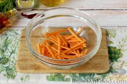 Маринованный салат из огурцов: Как приготовить салат из огурцов, моркови и сельдерея:  С моркови снимаем верхний слой, шинкуем длинной соломкой или используем терку для моркови по-корейски. Оранжевая нарезка подарит бледному маринованному салату из огурцов яркие краски и сладость.