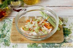 Маринованный салат из огурцов: Чтобы холодная закуска получилась особенно вкусной, усиливаем пряный аромат за счет сочных стеблей сельдерея. Вымыв, рубим продольными и не слишком толстыми фрагментами.