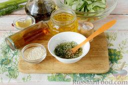 Маринованный салат из огурцов: Обязательный для маринованного салата соус отличается винной и тонизирующей нотой, сладковато-острым привкусом, насыщенной концентрацией. В миске смешиваем растительное масло любимого сорта, виноградный или другой натуральный уксус, лимонный сок, мед, соль, измельченную зелень и семена белого кунжута.