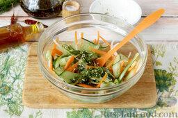 Маринованный салат из огурцов: Приправляем овощи, перемешиваем. Настаиваем 20-30 минут при комнатной температуре.